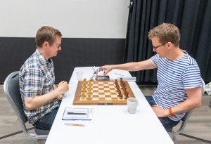 Tiger Hillarp Persson, till höger, vann partiet mot Oskar Von Bahr. / Foto: Lars OA Hedlund
